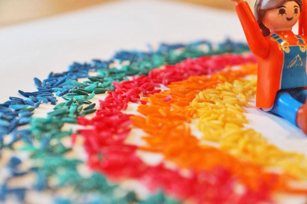 Regenbogen aus gefärbtem Reis