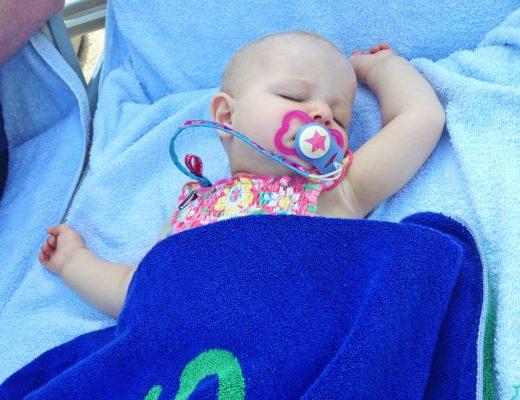 Mallorca Pool Baby schläft auf Liege