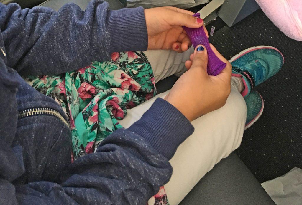 Beschäftigung Kinder Antistressröhrchen im Flugzeug