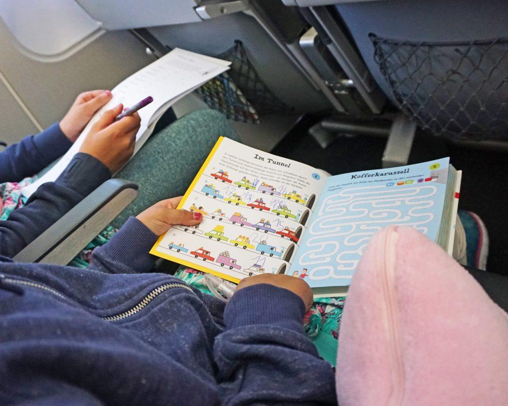 Bücher im Flugzeug Beschäftigung Kinder