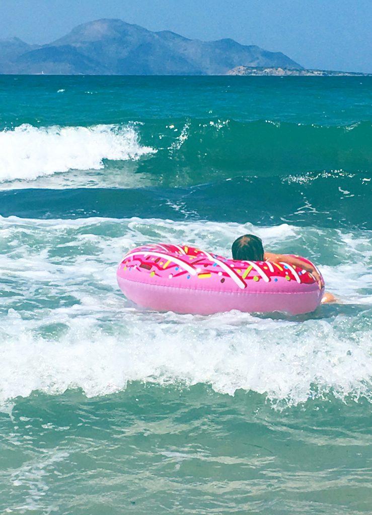 Donut schwimmreifen im meer