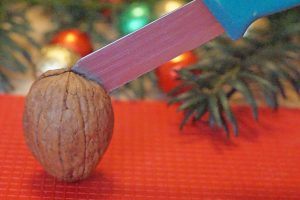 Walnuss mit Messer öffnen