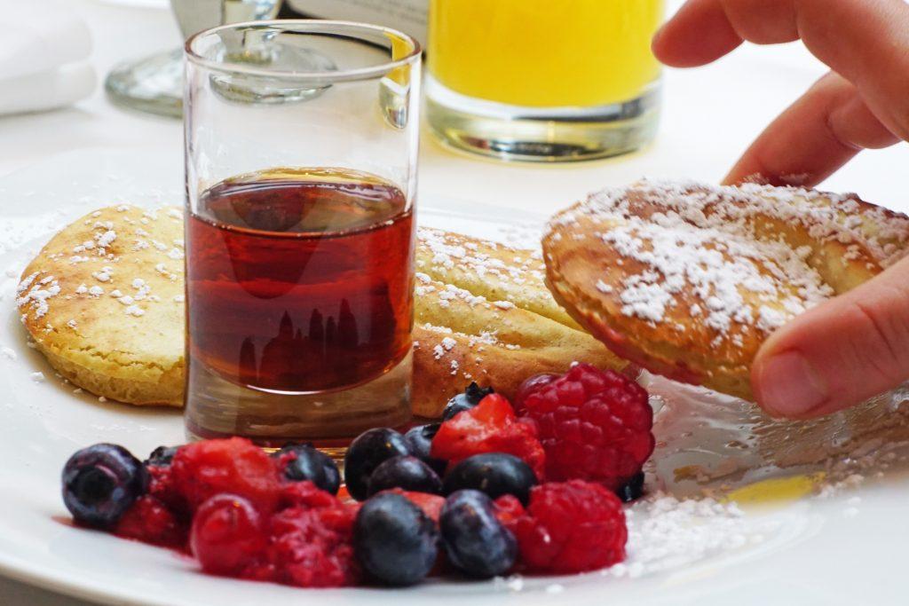 ritz-carlton-wolfburg-kids-kinder-fruehstueck-pancakes