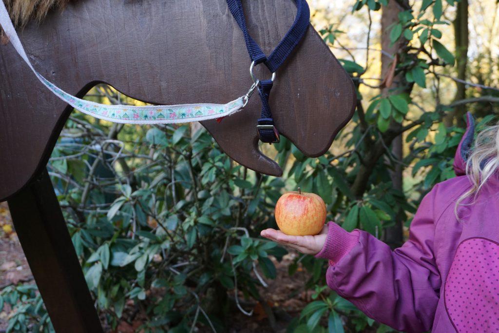Penny-Herzenswuensche-Eisbaer-Nuno-erfuellen-Holzpferd
